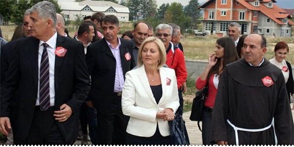 Dragan Čović, Borjana Krišto i fra Vinko Sičaja u predizbornoj kampanji sa stranačkim bedževima