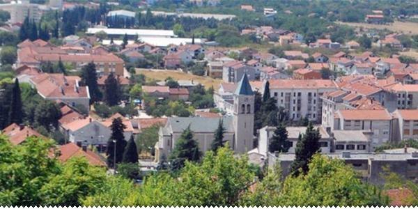 http://ljubuski.net/sites/default/files/styles/clanak/public/slike/ljubuski_panorama_crkva.jpg?itok=E646ypJa