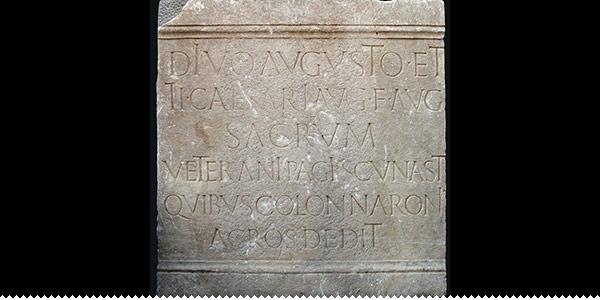 natpis u kamenu